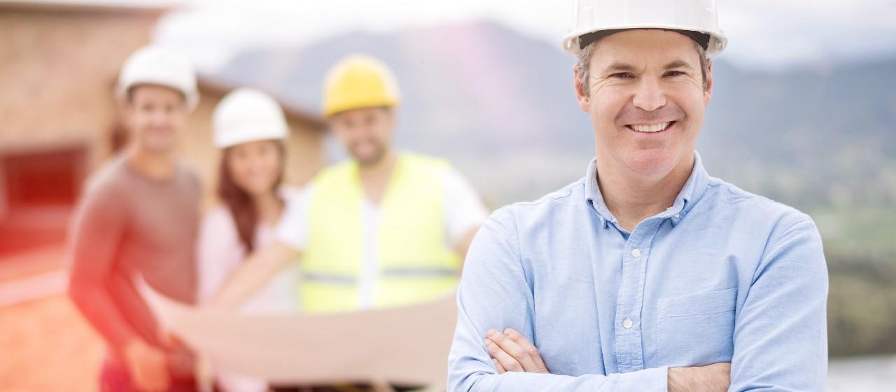 Mann steht auf der Baustelle